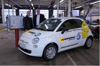 Der erste Karabag 500 Elektrik von 700 geplanten Elektro-Autos einer Flotte, die 2010 auf Deutschlands Straßen kommen wird, wurde jetzt bei TÜV Hanse geprüft und zugelassen. Im Hintergrund:TÜV  Geschäftsführer Klaus Balow (r) und Unternehmer Sirri Karabag