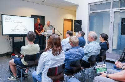 """Erstmalig boten Studierende – hier Jonas Heitmann und Richard Alwes (v.l.) – Workshops unter dem Motto """"Informatik für alle"""" an. (Foto: Hochschule Osnabrück / Elisa Stock)"""