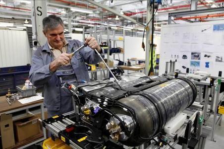 Die aus leichtem Verbundwerkstoff mit Karbonfasern bestehenden Erdgastanks des Zafira Tourer 1.6 Turbo ecoFLEX CNG führten gegenüber dem mit konventionellen Stahltanks ausgerüsteten Vorgänger zu einer Gewichtsreduzierung von 85 Kilo. Außerdem konnten die Ingenieure das Tankvolumen von 21 auf 25 Kilo Erdgas steigern und dadurch die CNG-Reichweite auf über 500 km erhöhen