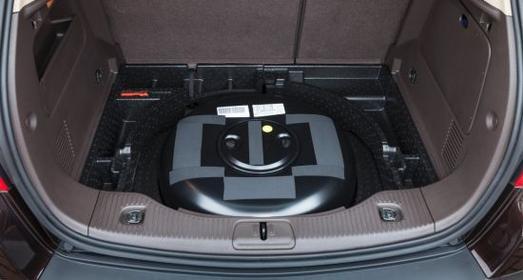Kompakt: Der LPG-Tank ist platzsparend in der Reserveradmulde im Heck des Opel Mokka untergebracht, womit das volle Kofferraumvolumen erhalten bleibt.