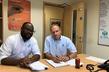 ADRA-Programmdirektor Howa Avan-Nomayo und Geschäftsführer Bert Smit bei der Vertragsunterzeichnung (© Foto: ADRA-UK)