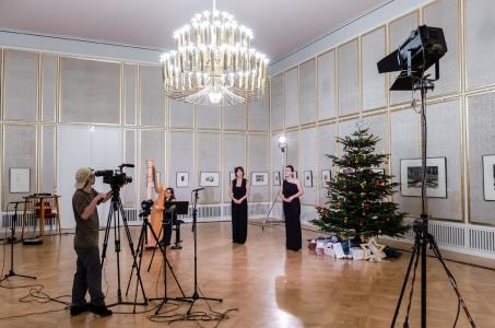 Christiane Döcker und Kathrin Göring sowie Gabriella Victoria vom Gewandhausorchester an der Harfe (c) Oper Leipzig/ Kirsten Nijhof