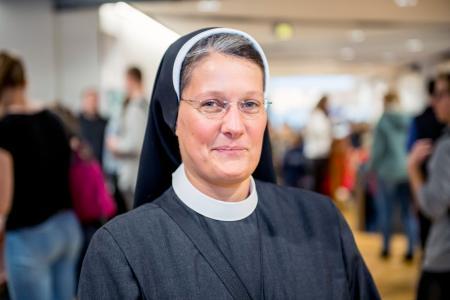 Ordensschwester Miriam wird an der Hochschule Osnabrück Betriebswirtschaft im Gesundheitswesen studieren