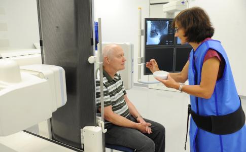Der Schluckakt wird bei der Videofluoroskopie mittels einer Röntgendurchleuchtung genaues-tens beobachtet. Diese Diagnose bildet den Auftakt für umfassende Therapien zum Wohle des Patienten