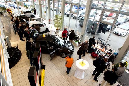 Star im Showroom: Der neue Corsa stand beim Angrillen am 24. Januar zum ersten Mal in den Ausstellungsräumen der Opel-Autohäuser, © GM Company