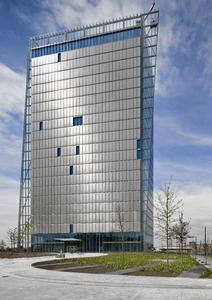 Flexible Lichtschutz-Elemente schützen die Räume im voll verglasten Weser-Tower vor der Sonnenhitze, während die Scheiben im Winter die Wärme der Sonne reinlassen