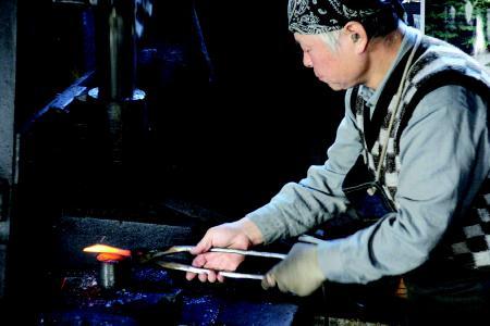 Aus der Hand des Meisters: Ein original japanisches Hocho-Messer erkennt man beispielsweise an der Signatur eines japanischen Meisterschmiedes auf der Klinge. Foto: obx-news/Dictum