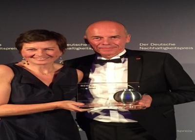 iglo Deutschland-Chefin Antje Schubert und Betriebsleiter Olaf Saenger mit dem Deutschen Nachhaltigkeitspreis (Foto: iglo GmbH)