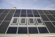 Auch in Dächern, auf denen die Sonnenkraft genutzt wird, haben Dachfenster Platz.