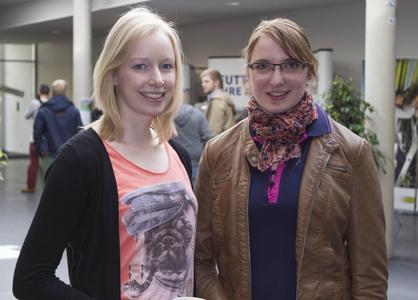 Die Studentinnen Kristina Stärk (links) und Christine Hinz, beide im 4. Semester im Bachelor-Studiengang Landwirtschaft, knüpfen auf der Karrieremesse Kontakte zu potenziellen Arbeitgebern