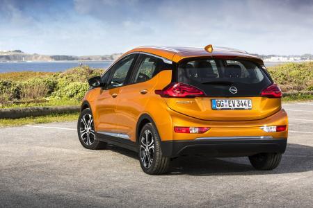 Revolutionäres E-Mobil: Der Opel Ampera-e bietet Platz für fünf Personen samt Gepäck, eine sportwagentaugliche Beschleunigung von null auf 50 km/h in nur 3,2 Sekunden – und bis zu 520 Kilometer Reichweite, gemessen nach Neuem Europäischen Fahrzyklus, bei einer einzigen Aufladung der 60 kWh Lithium-Ionen-Batterie