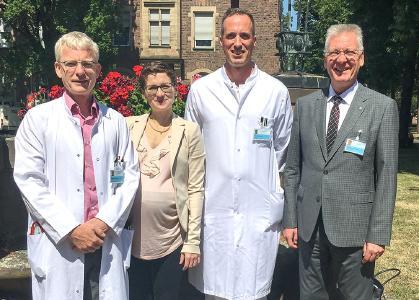Personen von l. n. r.: Dr. Henning Rickmann, Priv.-Doz. Dr. Leila Harhaus, Prof. Dr. Johannes Schultz, Prof. Dr. Hans-Jürgen Hennes (Bild: Markus Kümmerle)