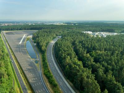Wichtigstes Opel Test Center in Europa: Seit fünf Jahrzehnten werden in Rodgau-Dudenhofen Opel-Fahrzeuge auf Herz und Nieren geprüft. Hier der Blick auf die Lange Gerade, das neue Skid-Pad und die Hochgeschwindigkeits-Rundbahn