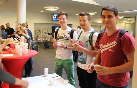 (v.l.) Justus Leskov, Florian Kowol und Simon Junker, Kunststofftechnik-Studenten, favorisieren die Eissorten Vanille-Kirsch und den Berry-Mix