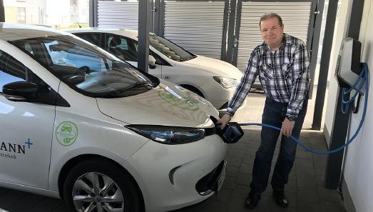 Bei Feldmann Zahntechnik in Bremen betankt Fuhrparkleiter Jürgen Steenbock die Elektro-Autos mit Strom vom eigenen Firmendach.