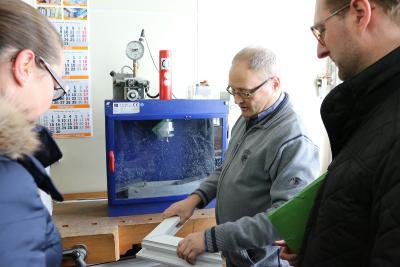 Hans Wolf bei der Materialprüfung: Bei welchem Druck bricht das Profil und an welcher Stelle?