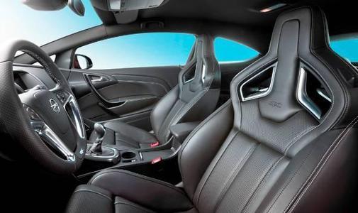 Ab Sommer 2012 vervollständigt die Hochleistungsvariante Astra OPC die Angebotspalette des rassigen neuen Kompaktcoupés Astra GTC. Das Interieur des Kompaktsportlers begeistert mit Performance-Sitzen, einem unten abgeflachten OPC-Sportlederlenkrad und speziellen Instrumenten