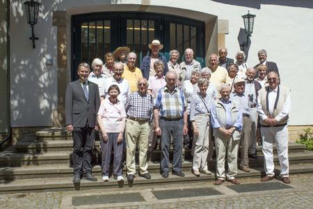 Schon für ihr Abschlussfoto vor 60 Jahren standen sie auf der Treppe des HD-Gebäudes am Campus Haste. Heute staunen die Absolventinnen und Absolventen gemeinsam mit einigen Ehepartnern über die Entwicklung der Hochschule Osnabrück