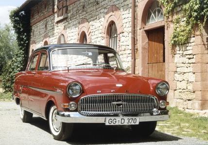 Opel Kapitän, Baujahr 1956: Wuchtige Frontpartie und Zweifarblackierung, welche der Fahrzeuglinie eine besondere Dynamik verleiht