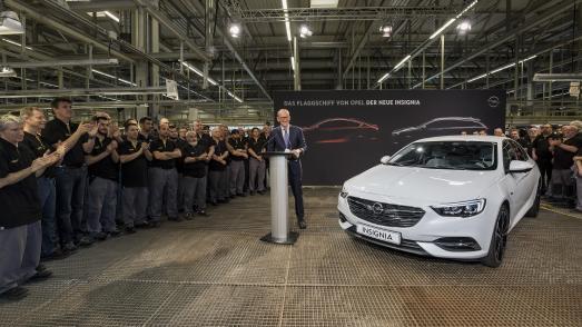 Chefsache: Opel Group CEO Dr. Karl-Thomas Neumann dankt den Rüsselsheimer Mitarbeitern für den gelungenen Start der Serienproduktion