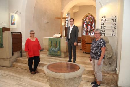 Große Freude über die große Spende: Pfarrerin Annette Zeuner (l.) und Andrea Hrdina vom Kirchengemeinderat mit Thomas Hientz von der SML CarGroup in der Hochdorfer Michaelskirche.