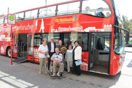 2.000 Fahrgast im roten Karlsruher Doppeldecker Bus