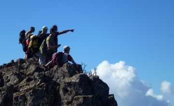 Sportliche Wanderer erklimmen gemeinsam