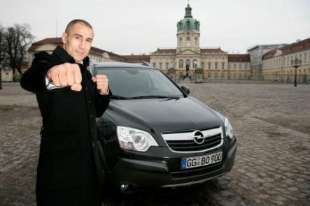Am Samstag, 27. März, ist es soweit: Arthur Abraham, Mittelgewichts-Weltmeister im Boxen, steigt in seinem zweiten Kampf des  Super-Six-Turniers gegen Andre Dirrell in den Ring. Bis vor kurzem fuhr Abraham den Opel-SUV Antara.