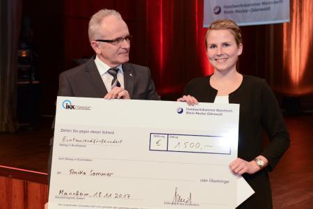 Geschäftsführer der IKK Roland Schmitt gratulierte Jungmeisterin Anika Sommer zur besten Gesundheitshandwerkerin des Jahrgangs 2017 / Quelle: Rittelmann