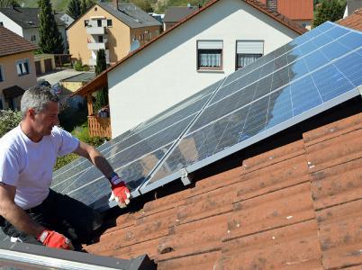 Auch Solarmodule und deren Befestigung werden beim DachCheck unter die Lupe genommen