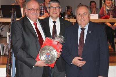 Manfred Hasemann (li.) wurde von Landrat Manfred Görig (Mitte) und dem Kreistagsvorsitzenden Dr. Hans Heuser für sein jahrzehntelanges beispielhaftes Engagement mit der höchsten Auszeichnung des Vogelsbergkreises geehrt. Foto: Gaby Richter