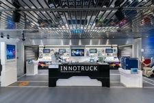Der mobile Ausstellungsraum im Erdgeschoss des InnoTrucks zeigt rund 80 verschiedene Exponate zu wichtigen Zukunftstechnologien