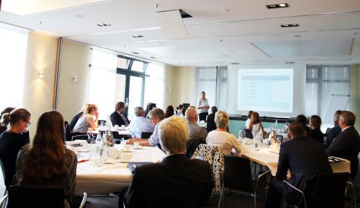 """Im Rahmen einer """"Zukunftswerkstatt"""" im """"House of Sauna & Spa"""" bei KLAFS haben rund 40 Hoteliers, Architekten und Branchenexperten aufbauend auf den Erkenntnissen der Studie mögliche Zukunftsszenarien diskutiert und bewertet. Foto: KLAFS GmbH & Co. KG"""