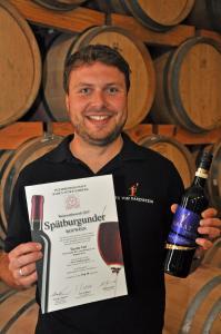 Tassilo Viel ist stolz auf seine Auszeichnung und den 2015er Spätburgunder Rotwein KARAT trocken des Winzerkeller Hex vom Dasenstein
