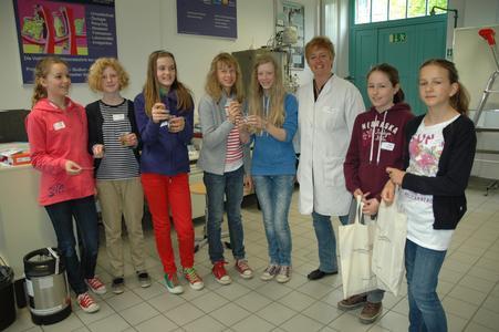 Prof. Dr. Angela Hamann-Steinmeier untersucht mit den Mädchen Wasserproben im Labor