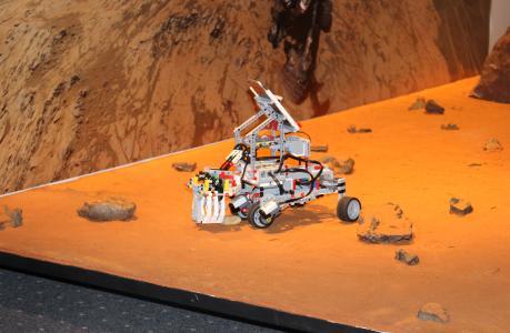 """Ein """"Mars-Rover"""" der 4. SIA Robotool bei der Abschlusspräsentation im DLR Berlin / Foto: TH Wildau / Bernd Schlütter"""
