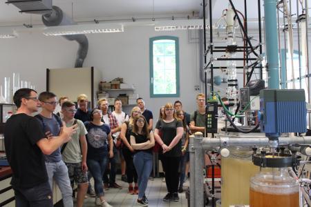 Die Bewerberinnen und Bewerber wurden über den Campus Westerberg geführt und erhielten Einblicke in die Labore, wie hier in das Labor der Verfahrenstechnik.