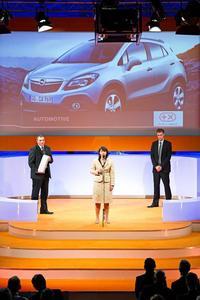 Andreas Marx, Marketing Direktor Opel Deutschland (links), Imelda Labbé Exekutiv Direktorin Verkauf, und Tim Sandmeyer, Rennfahrer und Laudator