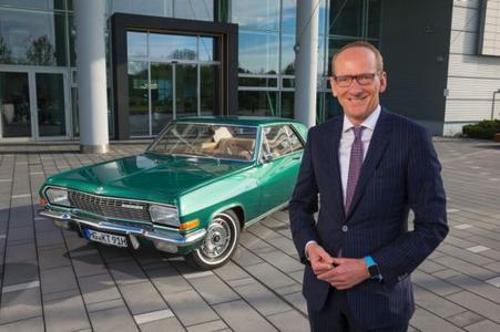 "Starkes Team: Opel-Chef Dr. Karl-Thomas Neumann startet mit seinem privaten Diplomat V8 Coupé bei der Oldtimer-Rallye ""Bodensee Klassik"""