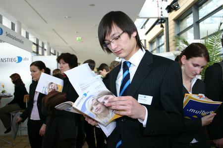 Schüler mit dem Messekatalog (Copyright: EINSTIEG GmbH)
