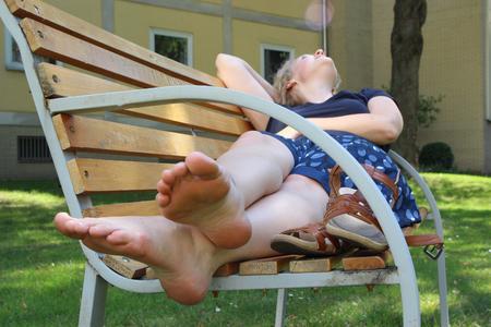Raus aus der Sonne und Füße hoch: Bei den hohen Temperaturen ist es gut für den Körper, ihn nicht übermäßig zu belasten