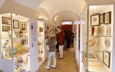 Zwölf Räume im Vorder- und Rückgebäude umfasst die historische Sammlung auf insgesamt 120 Quadratmetern Fläche. Dazu gehören neben der Rezeptur auch ein Labor, die Kräuterkammer, der Arzneikeller und der Offizin, der Verkaufsraum. Foto: obx-news/Raßkopf