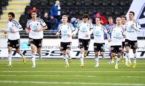 Odd Grenland-Fußballmannschaft: Spieler Fredrik Semb Berge (2. v. l.) kann durch die Investition von Eurojackpot-Gewinner Y. Borgersen weiterhin für seinen Verein spielen