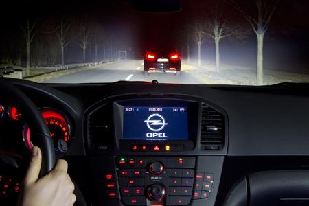 Taghell: Das LED-Matrix-Lichtsystem von Opel erhebt blendfreies Fernlicht zum Standard. Der Opel-Fahrer profitiert – und das vorausfahrende Fahrzeug auch