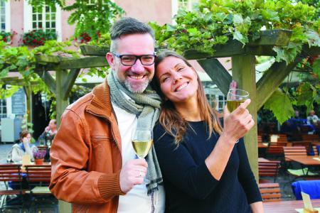 """Weingenuss Pärchen vor Kesselstatt / c ttmSimone Busch / Copyright: """"Trier Tourismus und Marketing GmbH"""""""
