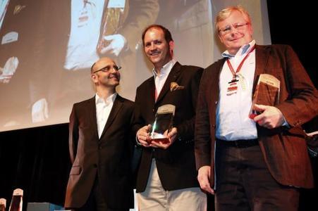 Hans-Jörg Götzl, Chefredakteur der Motor Klassik (links), Hanns Werner Wirth, anerkannter Rallye-Fahrer in der Oldtimer-Szene und Uwe Mertin, Leiter Opel Classic Europa (rechts), bei der Siegerehrung der Paul Pietsch Classic 2013