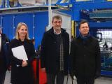IHK-Hauptgeschäftsführer Thomas Albiez (rechts), seine Referentin Cathérine Frerk und Whirlcare-Direktor Otmar Knoll beim Rundgang durch die Whirlcare-Produktionsstätte.