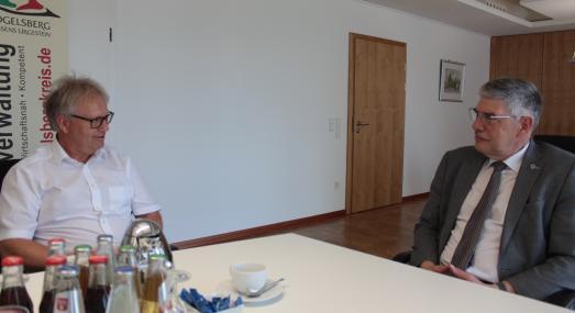 """Ihre beruflichen Wege haben sich des Öfteren gekreuzt – auf der einen Seite der Chef der Polizeidirektion Vogelsberg, Kriminaldirektor Andreas Böhm, auf der anderen der Chef der Vogelsberger Kreisverwaltung, Landrat Manfred Görig. Meist waren es schwierige Situationen, die die beiden meistern mussten – erfolgreich, wie beide in der Rückschau bestätigen.  """"Hier habe ich immer ein gutes Gefühl gehabt, die Zusammenarbeit mit der gesamten Behörde und mit Ihnen hat stets hervorragend funktioniert. Es hat einige Krisensituationen gegeben, wenn ich an 2015 denke, aber wir haben alles gut hinbekommen"""", konstatiert Andreas Böhm, als er sich im Landratsamt offiziell von Landrat Manfred Görig verabschiedet, denn nach rund 42 Jahren aktivem Polizeidienst geht der Kriminaldirektor in den Ruhestand"""