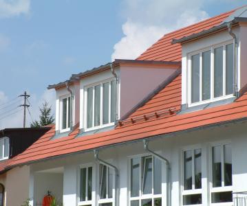 Dachdecker in der Planungsphase einbinden: Mit Gauben wird aus dem Dach-Speicher eine lichtdurchflutete Wohnung