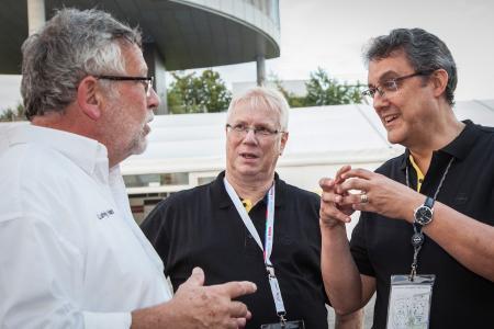 Spitzengespräch: Opel-Entwicklungschef William Bertagni (rechts) mit Andreas Forst, Leiter Hochschulkontakte beim Entwicklungszentrum in Rüsselsheim, und dem Formula Student-Vorstandsmitglied Dr. Ludwig Vollrath (links)